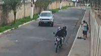 Vio un asalto en la calle y atropelló con su camioneta a los dos motochorros