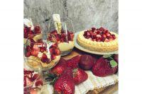 Postre de crema pastelera y frutillas