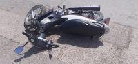 Una mujer que viajaba en moto junto a su hija de 2 años chocó contra un auto