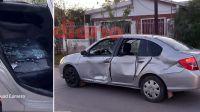 Dos motos chocaron a un auto y los conductores se dieron a la fuga: hay una joven herida