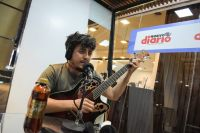Ale Carabajal compartió su música a todo Santiago desde el stand de Nuevo Diario-LV11