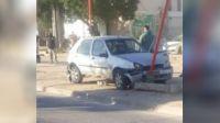 Mujer perdió el control del auto en avenida Colón y embistió un poste de luz